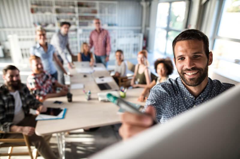 Un equipo bien capacitado en contenido te permitirá crecer, innovar y liderar la transformación digital. Invierte en talleres, charlas y consultorías para tu empresa.